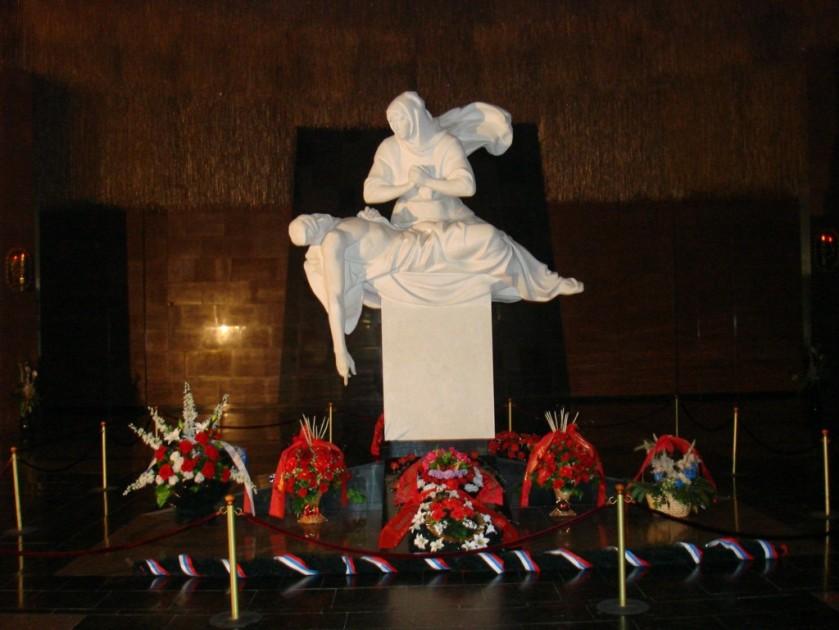 """Estátua dentro do """"Museu da Vitória"""" simbolizando a Pátria-Mãe com seu filho-soldado em seus braços, falecido devido à Guerra"""
