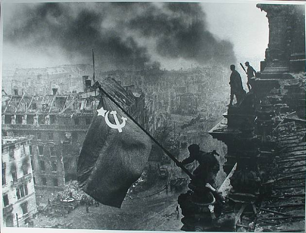 Red_army_soldiers_raising_the_soviet_flag_on_the_roof_of_the_reichstag_berlin_germany