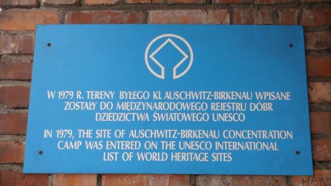 Placa a respeito da transformação de Auschwitz-Birkenau em Patrimônio Mundial da Unesco