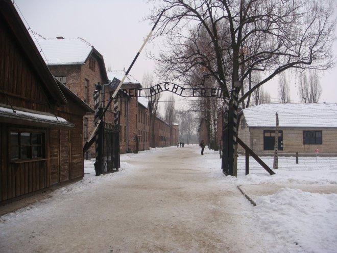 """Entrada de Auschwitz I. Ao fundo o portão com a famosa frase """"O trabalho liberta"""""""