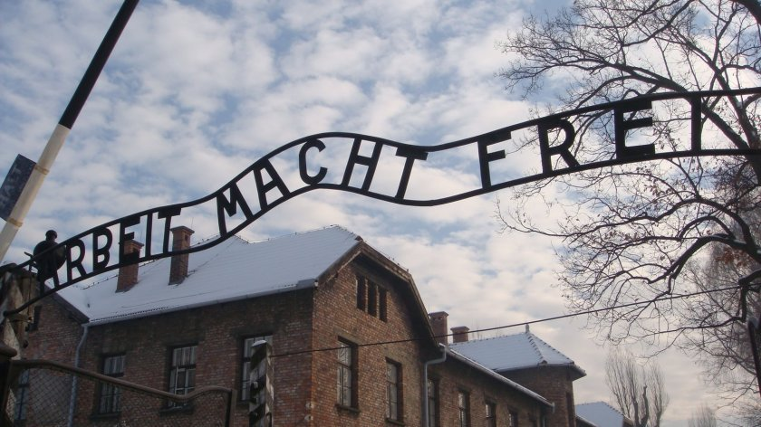"""A famosa e infame frase """"O trabalho liberta"""". A libertação da maioria dos presos era só uma: a morte, buscada por vários deles"""