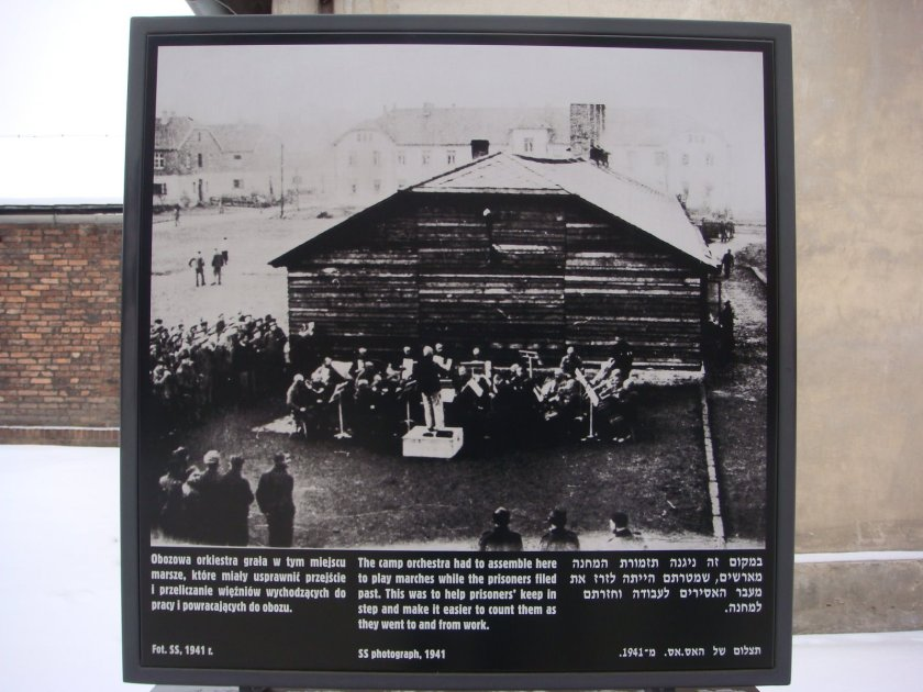 Foto com a banda tocando, buscando manter a ordem dos prisioneiros para facilitar a contagem e o registro