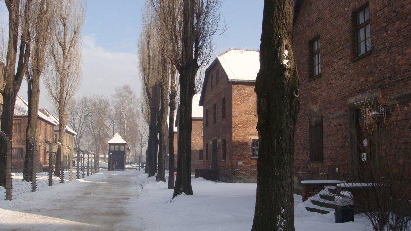 Blocos de Auschwitz I, com uma torre de controle ao fundo