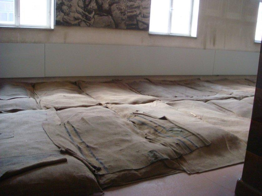 ... Já a foto acima mostra o chão forrado com sacos feitos de cabelo de outros prisioneiros cheios de uma espécie de almofada...