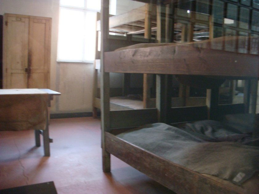 """... Por fim, os melhores dormitórios: """"camas"""" forradas com almofadas nas quais dormiam até 4 prisioneiros ao mesmo tempo (cada """"cama"""" tinha 1,5 m de largura)"""