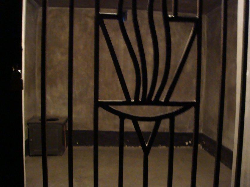 """Acima, uma das """"celas para a fome"""", nas quais os prisioneiros eram deixados para morrerem de fome"""