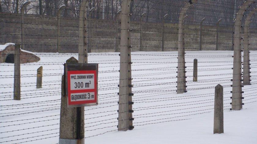 """O aviso explica: """"3 metros de profundidade"""". Em alguns lugares do campo, em vez da existência da """"zona morta"""" cavava-se um poço, objetivando evitar fugas de prisioneiros"""