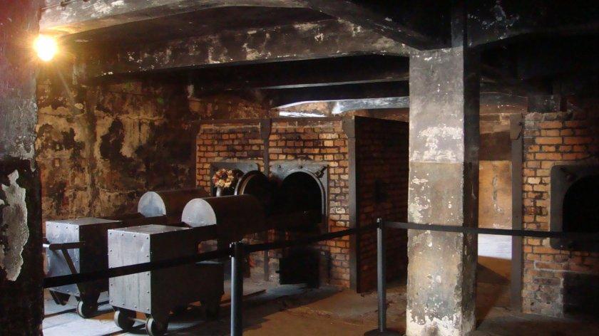 """Crematório de Auschwitz I. Nota-se a presença de uma espécie de """"pilão"""" que era utilizado durante a cremação. O objetivo era pressionar os corpos dentro do forno, quebrando os ossos dos prisioneiros já mortos, o que permitia a cremação de mais corpos por vez"""