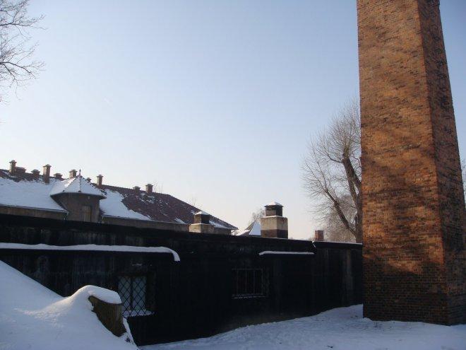 O lado de fora do crematório. Nota-se a parede totalmente preta de fuligem