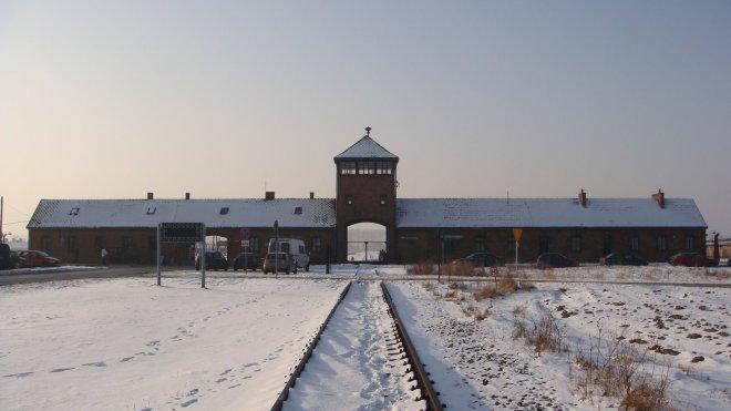 O famoso portão de entrada de Auschwitz II - Birkenau