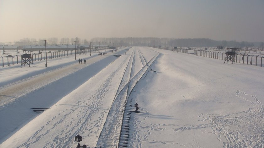 """A famosa linha férrea de Birkenau. Do lado direito paravam os vagões cheios de prisioneiros e ali mesmo fazia-se a """"seleção"""" dos """"aptos"""" e dos """"inaptos"""""""
