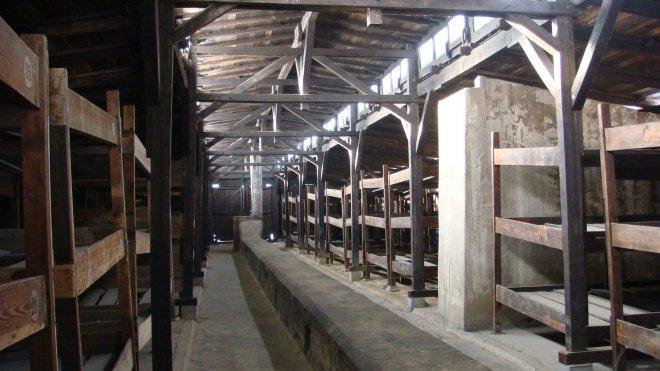 """Exemplo de """"galpão-dormitório"""". Originalmente eram estábulos construídos com o objetivo de acomodar 52 cavalos. Com o inchaço do campo, tais galpões passaram a ser utilizados como dormitório pelos prisioneiros. Chegou-se a colocar 600 prisioneiros ao mesmo tempo em um único galpão"""