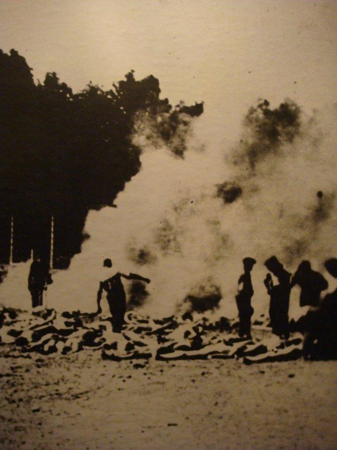 A foto acima mostra os trabalhadores do campo de extermínio queimando corpos ao ar livre devido à superlotação dos crematórios