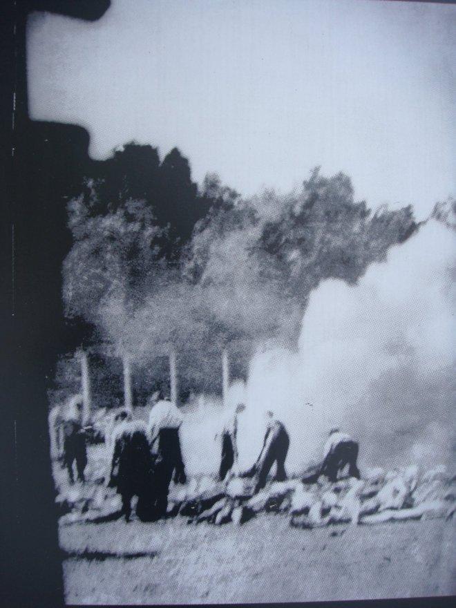 Outra foto que mostra os trabalhadores do campo de extermínio queimando corpos ao ar livre devido à superlotação dos crematórios