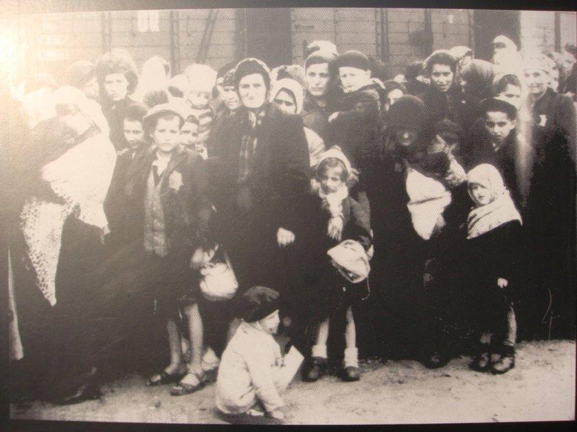 Foto de judeus aguardando sua vez de serem enviados para as câmaras de gás e, posteriormente, para o crematório