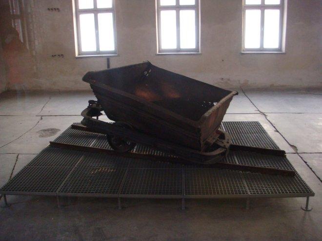 """Carrinho de mão por meio do qual os """"funcionários"""" de Birkenau carregavam os corpos - cremados ou não"""