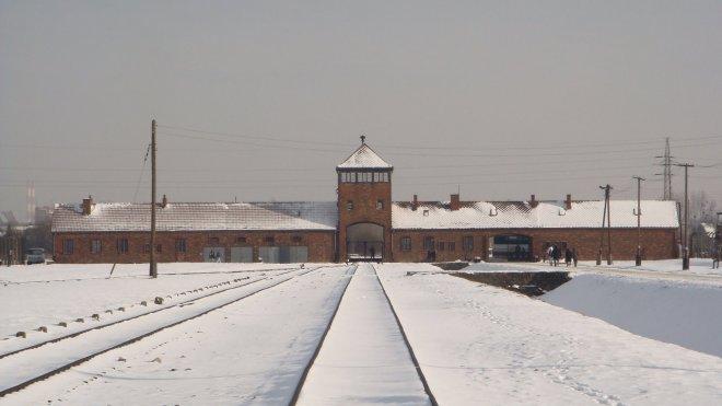 """Linha férrea dentro de Birkenau mostrando claramente, à esquerda, o local em que os """"aptos"""" eram separados dos """"inaptos"""" (cerca de 75% dos recém-chegados ao campo, que continuavam na linha férrea até o seu fim - a câmara de gás e o crematório)"""
