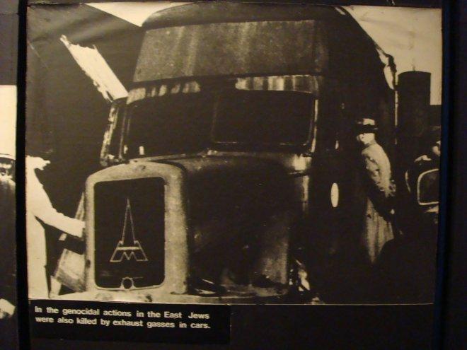 """Em um dos muitos testes até se chegar ao gás """"perfeito"""" - Zyklon B -, os nazistas tentaram de tudo - inclusive matar os prisioneiros com o gás carbônico emitido por um caminhão a diesel. Desistiram da ideia por ser demorado e caro"""